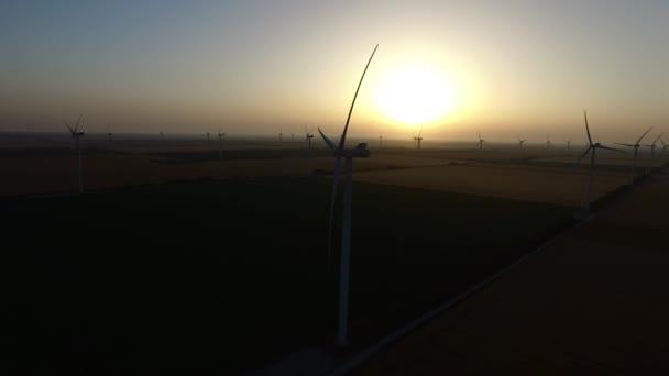 A szélturbinák a búza mezők nyáron a naplemente. Sziluettjét. Légi felmérés