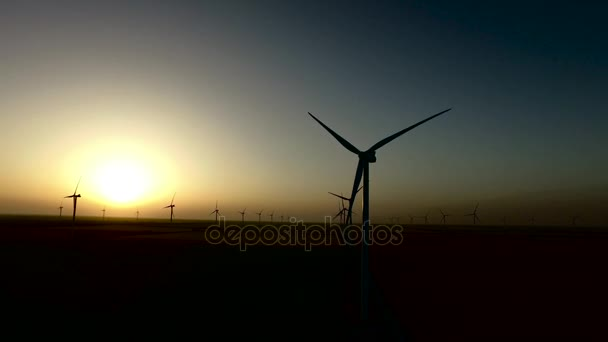 Szél turbina regeneratív energiaforrás a meleg fény naplemente. Sziluettjét. Légi felmérés