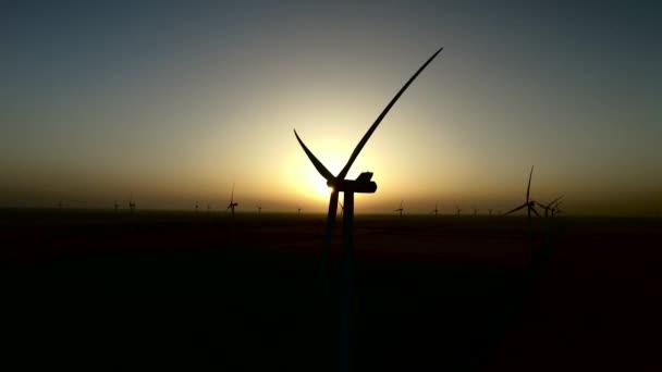 A csendes nyári éjszakában a szélturbinák a szélerőműpark a felett megtekinthető naplementére. Sziluettjét. Légi felmérés
