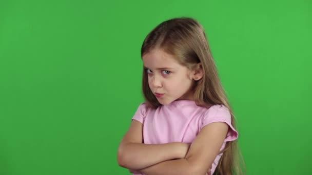 Dítě přísahá se svou přítelkyní. Zelená obrazovka. Zpomalený pohyb