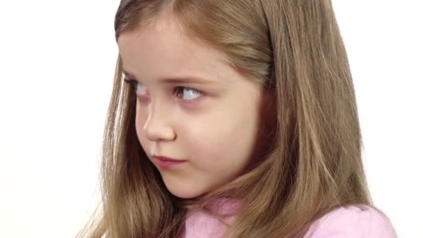Dítě vzdychá, je unavená. Bílé pozadí. Zblízka. Zpomalený pohyb