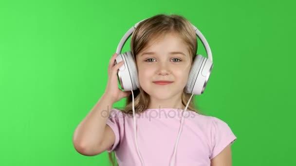 Baby hört Musik über Kopfhörer. Green Screen