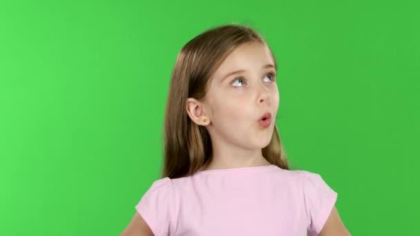 Dítě vypadá s velkým překvapením a okolí. Zelená obrazovka