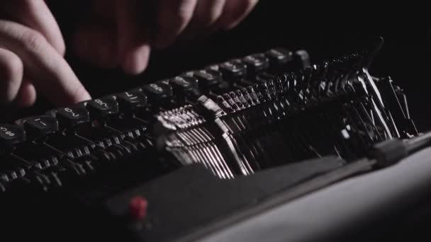Scénárista vytiskne text na psacím stroji