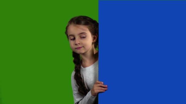 Miminko vypadá zezadu na prázdné desce. Zelená obrazovka. Zpomalený pohyb