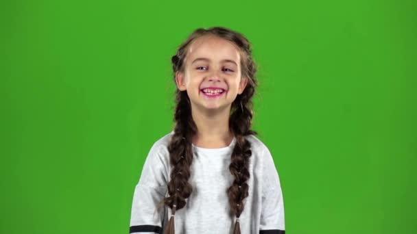 Baby se vesele směje. Zelená obrazovka. Zpomalený pohyb