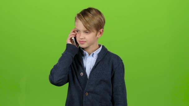 Boy ist am Telefon. Green-screen