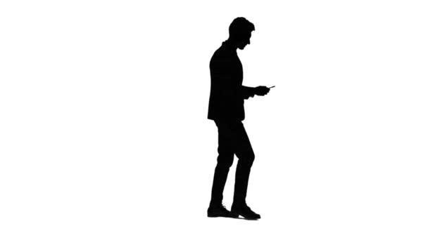 Mann schaut auf das Foto auf das Telefon und findet eine Liste der Bilder. Weißen Hintergrund. Silhouette. Seitenansicht