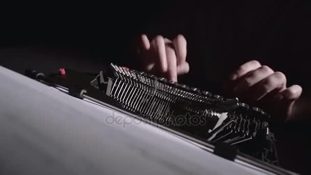 Scénárista na psacím stroji píše scénář k filmu