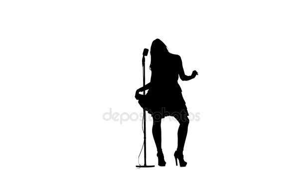 Zpěvačka provádí písní v retro mikrofon. Silueta. Bílé pozadí