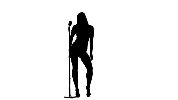 Sängerin bewegt sich im Rahmen mit Retro-Mikrofon sexuell. Silhouette. weißer Hintergrund