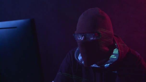 Spy je hacking webové stránce cyberpolicy. Zblízka. Černý kouř pozadí