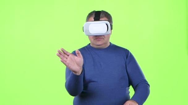Mann in 3-d Brille führt einen Bildlauf durch die Grafik. Green-Screen. Slow-motion