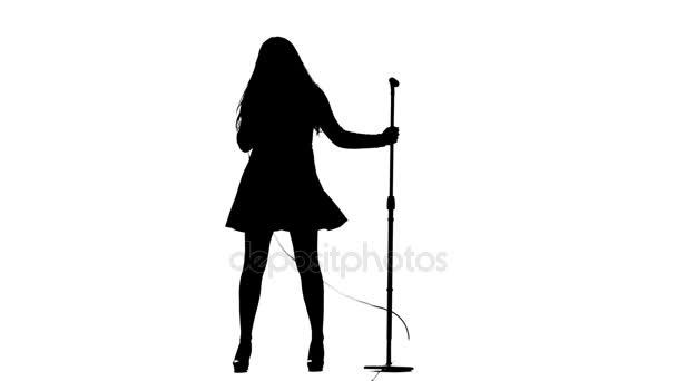 Žena zpívá zápalné písně do mikrofonu. Bílé pozadí. Silueta