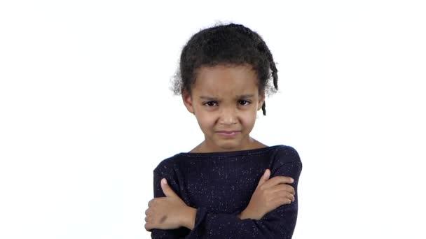 Dítě bere útok na rodiče. Bílé pozadí. Zpomalený pohyb