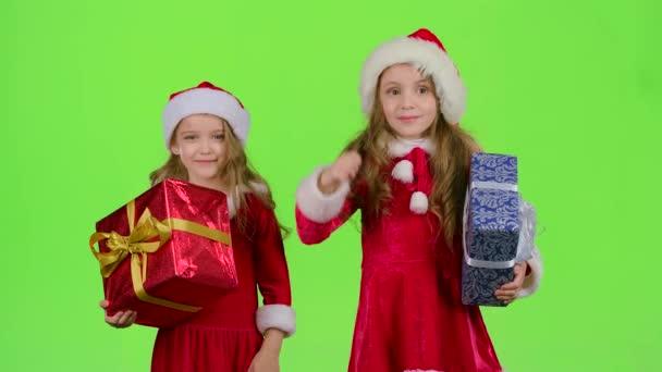 Děti jsou drží boxy s dary a ukazuje palec. Zelená obrazovka. Zpomalený pohyb
