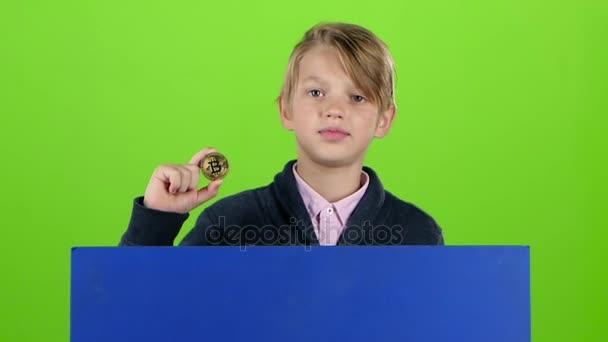 Dospívající dostane až zpoza desky s čipem na zelené obrazovce. Zpomalený pohyb