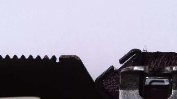 A Word alkalmazás munkalapján nyomtatott retro gép. Közelről