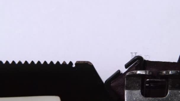 Az ember gépelés egy levelet az írógépet, a boldog új évet. Közelről