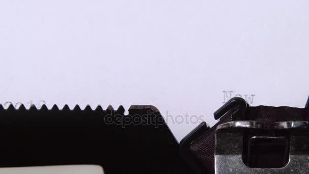 Nový rok má v plánu seznam vytištěn na retro psací stroj. Detailní záběr