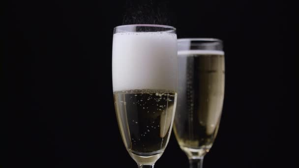 Šampaňské se nalije do sklenice. Černé pozadí. Detailní záběr