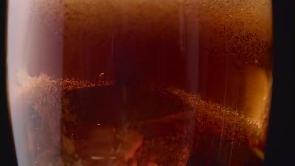 Coca Cola Schiuma E Bolle In Un Bicchiere Con Ghiaccio Sfondo Nero