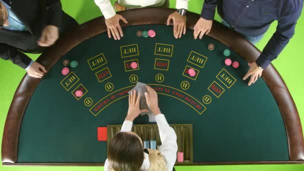 Stickman Frau Austeilen von Karten und Chips für drei Spieler im Poker. Green-Screen. Ansicht von oben