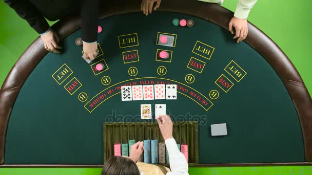 Azienda Gioca a poker nel casinò al tavolo. Schermo verde. Vista dallalto
