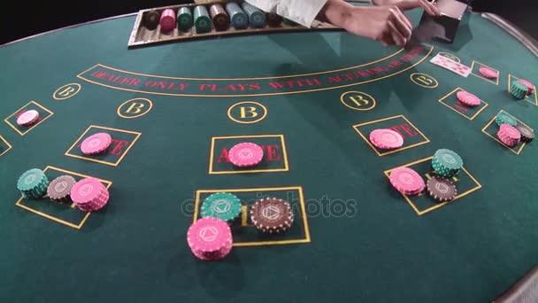 Casino-Stickman verteilt die Karten. Slow-Motion. Nahaufnahme