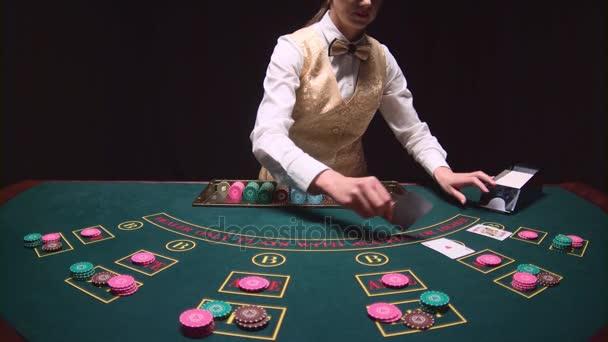 Stickman Frau vertreibt Karten express high-Stakes Spiele Poker spielen im Casino. Schwarzer Hintergrund. Slow-motion