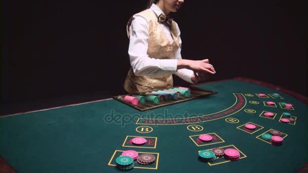 В казино раздает карты симулятор покера онлайн
