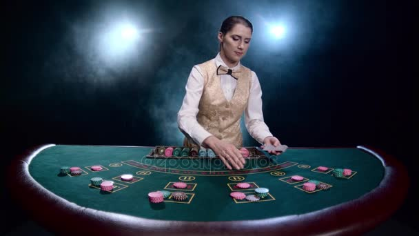 Видео девушка играли в карты игровые аппараты для детей, скачать эти игры