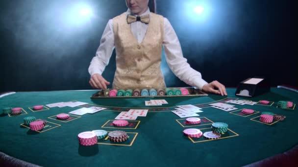Mädchen Stickman glättet eine komplexe Kombination aus Karten und chips Poker-Spiel. Rauch. Slow-motion