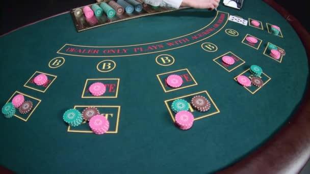 Krupiér stolní poker hra kasino. Zpomalený pohyb. Detailní záběr