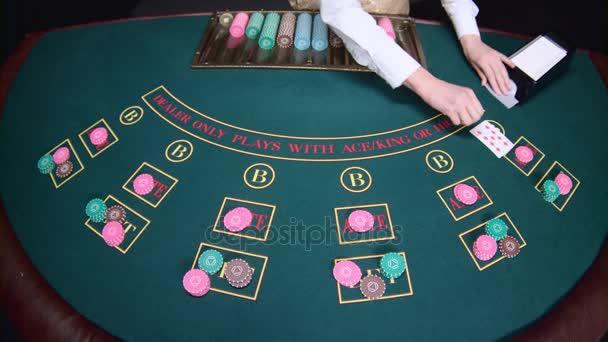 Kasino ruce krupiérských náhodné karty na stůl pokeru. Zpomalený pohyb. Detailní záběr