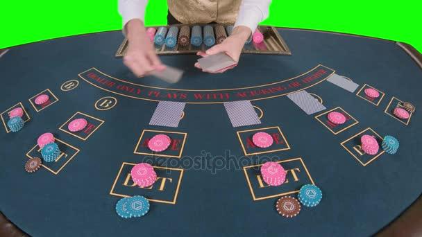 Casino-Stickman vertreibt für Tabelle Pokerkarten drei Flop sind. Green-Screen. Slow-Motion. Nahaufnahme