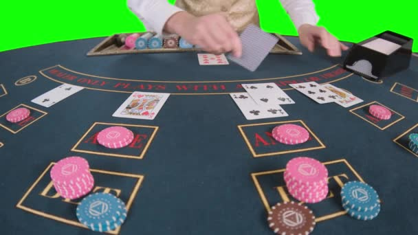 Kasino ruce krupiérských náhodné karty na stůl pokeru. Zelená obrazovka. Zpomalený pohyb. Detailní záběr