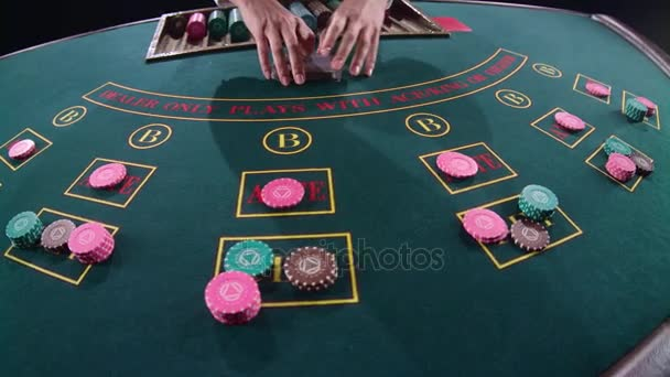 Casinò mani croupier miscelazione carte sul tavolo di gioco di poker. Slow motion. Chiuda in su