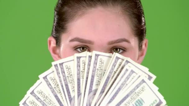 Vítěz má spoustu peněz v jejích rukou. Zelená obrazovka. Detailní záběr