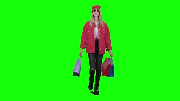 Dospívající v brýlích jde nakupovat, v ruce držel balíčky. Zelená obrazovka