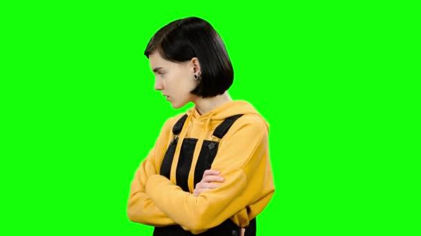 Dívka bere útok na svou přítelkyni, otočila zády. Zelená obrazovka