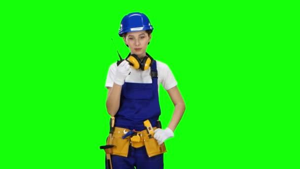 Bilder dívka, která nosí na sobě hovoří na vysílačku. Zelená obrazovka