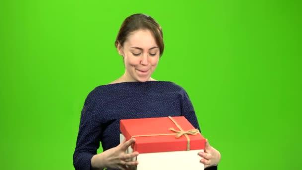 Dívka je spokojen s darem. Zelená obrazovka