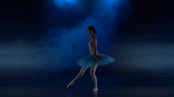 Ballerina im weißen Tutu beim Ballett in Zeitlupe.