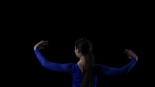 niedliche Ballerina im Kleid, die moderne Ballett-Elemente tanzt. Zeitlupe.