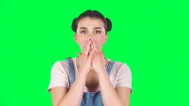 Mädchen ist sehr überrascht und verärgert über grüne Leinwand im Studio, Zeitlupe