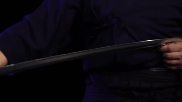 Samurai-Schwert Katana in der Hand. Katana-Schwert in Samurai-Hand zum Fliegen bereiten