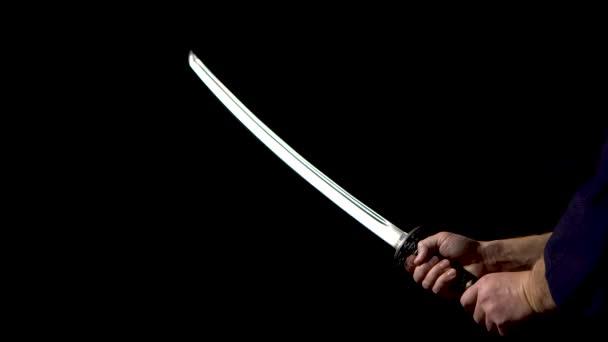 Japanisches Katana-Schwert. Nahaufnahme der Klinge auf dunklem Hintergrund