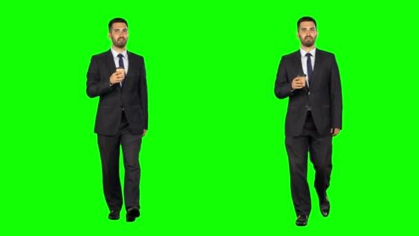 Geschäftsmann zu Fuß und trinkt Kaffee. isolierte grüne Bildschirmhintergrund. zwei Takes.