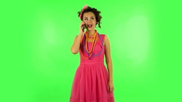 Dívka mluví pro mobilní telefon, velmi šokovaný pak naštvaný na zelené obrazovce